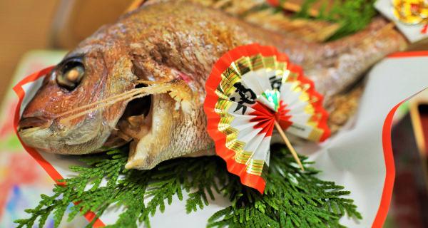 鯛の尾頭付きを、敷物や小物で飾ったもの